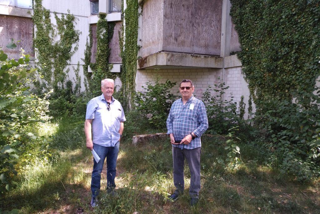 Friedhelm Fragemann und Jan Kolloczek vor der Schrottimmobilie